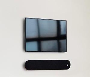 Diva unter dem Fernseher